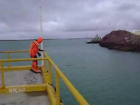 Salto desde el muelle Ramón con marea baja. Prácticas STCW