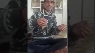 Kürtçe Farklı Bir Telden Enstrüman Çalıp Söyleyen Adam