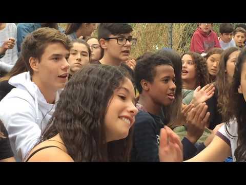 Més de 200 alumnes de l'Institut els Tres Turons fan una acció de protesta.