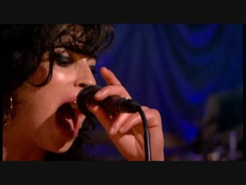 amy-winehouse-back-to-black-live-in-london-indira-idi