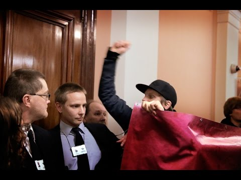 Protesters Wrestle With Guards When Alexander Stubb Speaks at Helsinki University