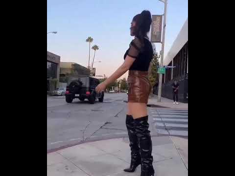 Ana Bárbara baila con minifalda en plena calle
