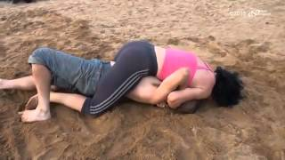 Борьба на пляже   девушки против мужчин