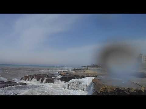Вода Каспийского моря пенится как молоко и камеру окатило волной