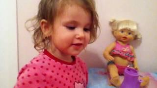 olivia et papa joue a la poupée