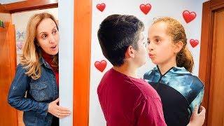 Mi madre pilla a mi hermana besándose con su novio... *se enfada*