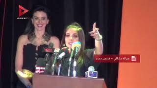 منى زكي تبكي أثناء تكريمها في افتتاح مهرجان سينما المرأة بأسوان