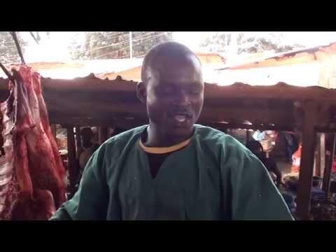Saada Sow est un boucher au marché de Dinguiraye