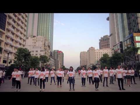 Red arrows - Sinh viên kinh tế náo loạn phố đi bộ bằng điệu nhảy Flashmob