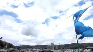 本日11:40撮影の西の空。 強風で旗がバタバタ。 台風並みの、強風でした。