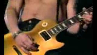Aksi Slash memainkan gitar.3GP