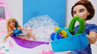 Барби купается в джакузи с пеной. Игры в куклы