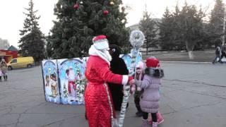 Дед Мороз, Снегурочка и медведь. город Снежное. 18 декабря 2015 год snezhnoe.info