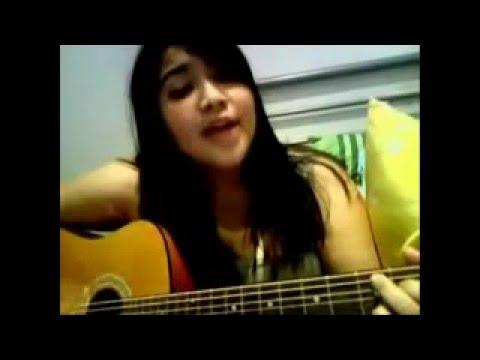 cewek-cantik-sura-merdu-main-gitar