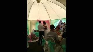 Невеста поет и танцует со своим папой