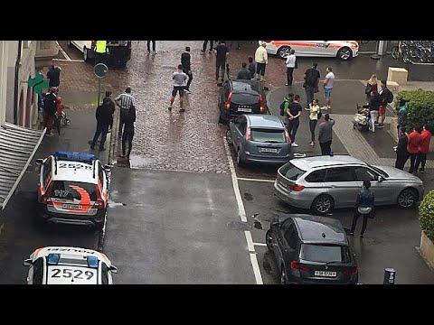 euronews (in Italiano): Svizzera: uomo armato di motosega ferisce 5 persone, due gravi