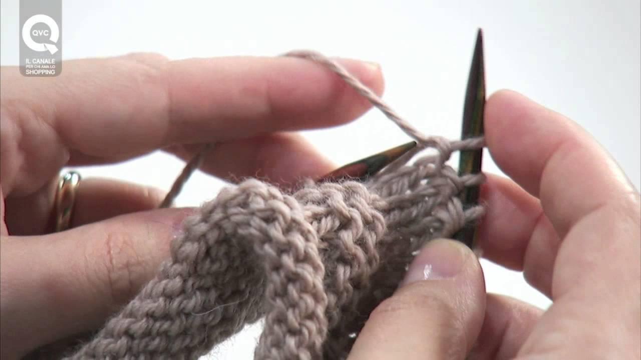 Per passare una maglia a rovescio (1 m. pass. a rov.) in un ferro diritto, col filo dietro il lavoro, inserire il ferro sul davanti, della maglia seguente, da destra a sinistra e passare la maglia sul ferro destro.