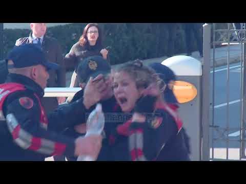 Polices i këpusin gishtat - Top Channel Albania - News - Lajme