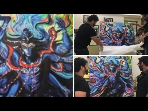 Watch: Kaal director Soham Shah gifts Ajay Devgn handmade Lord Shiva painting| Bollywood Inside Out