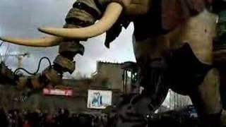 Un éléphant en promenade sur l'Ile de Nantes - part III