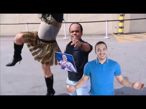 Anão Marquinhos tenta selfie com Wesley Safadão. Será que ele vai conseguir?