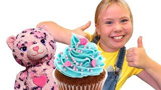 Дівчинка йде їсти з Іграшкою в Кафе / Сестра ховає іграшку / Відео для дітей