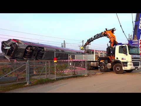 Treno deragliato a Lodi: gli operai agganciano alla gru la carrozza ribaltata