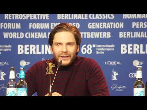 #Berlinale 7 jours à Entebbe Daniel Bruehle et Rosamund Pike