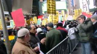 EGYPTIANS PROTEST IN TIME SQUARE NEWYORK CITY 02-04-2011.MUBARAK MUST GO.wmv