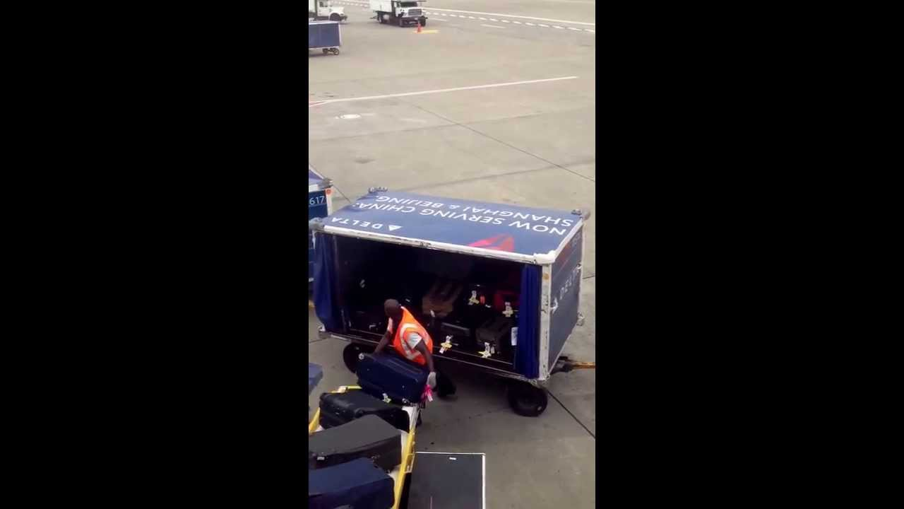 Delta Airlines baggage handler throwing bags into the cart in Seattle #Delta