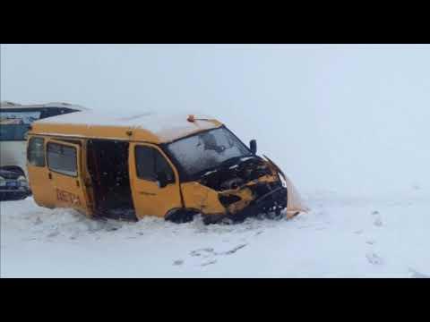 Школьный автобус с детьми попал в двойную аварию по дороге в Шарыпово.