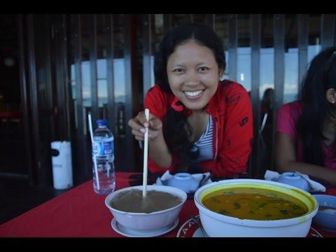 makan-papeda-&-sayur-ikan-kuah-kuning-di-sunshine-beach-resto-and-cafe,-sorong,-papua