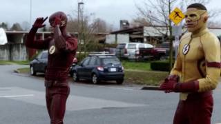 "‪Flash beats Kid Flash in a race ""TheFlash3×12"" Untouchable‬‏"