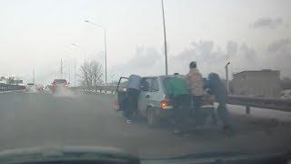 Подростки толкали машину