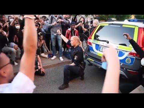 STOCKHOLM: Polisen hyllas för sin gest mitt i demonstrationen