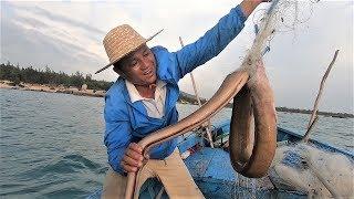 阿彬出海捕到深海巨鳗,渔网全被它缠烂了,能值几百块钱高兴坏了