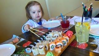 Сушія - їмо роли і суші