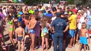 Сотрудники МЧС учат детей плавать