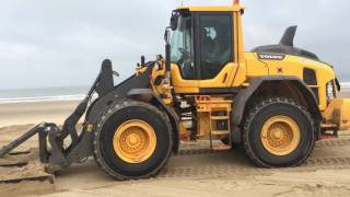 Strandslaaphuisjes Nieuwvliet worden van het strand afgehaald