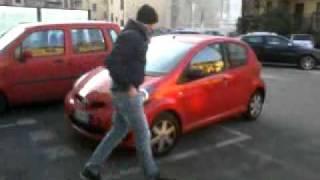 Coglione sposta macchina senza freno a mano