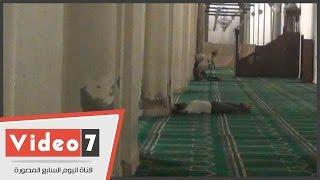 """بالفيديو.. رغم لافتة """"منع النوم"""".. مصلون ينامون بمسجد الحاكم بأمر الله"""