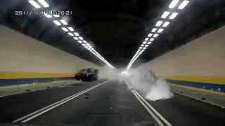 Esplode la gomma, il Tir si schianta nel tunnel!