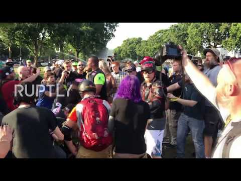 USA: Antifa clash with counter-protesters after burning US flag