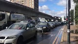 Пустая заправка и очередь за бензином в Англии