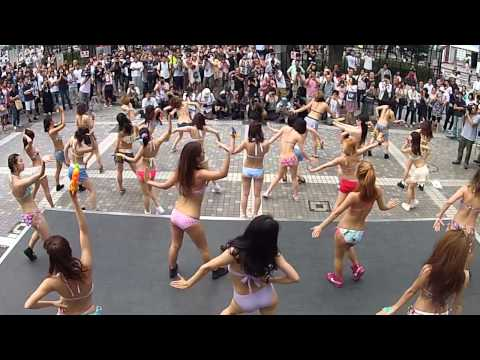 新宿アルタ前で水着ダンサーがフラッシュモブダンス