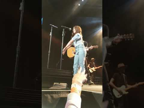 Amanda Jo - Dierks 10 Year Old Daughter Evie Joins Him On Stage