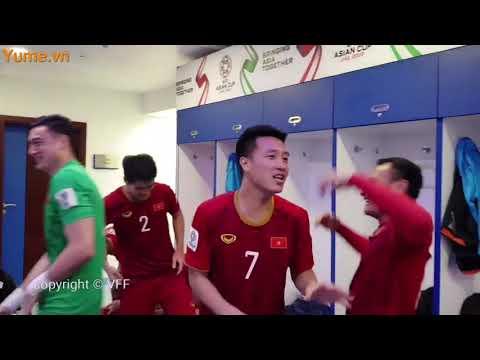 các cầu thủ Việt Nam ăn mừng trong phòng thay đồ sau chiến thắng nghẹt thở trước Jordan