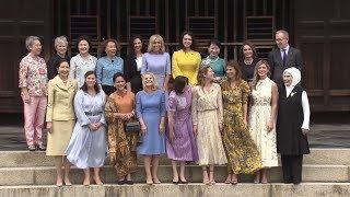 زوجات قادة دول العشرين يجتمعن في حديقة بمدينة كيوتو اليابانية ويطعمن الأسماك