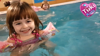 ✿  Аквапарк Маленькая Девочка Аня сама плавает Огромный бассейн и горки для детей Развлечения в воде(Анютка и Лиза идут в АКВАПАРК. Классный ОГРОМНЫЙ БАССЕЙН и детский бассейн. Анюта САМА ПЛАВАЕТ в первый..., 2017-02-12T06:00:01.000Z)