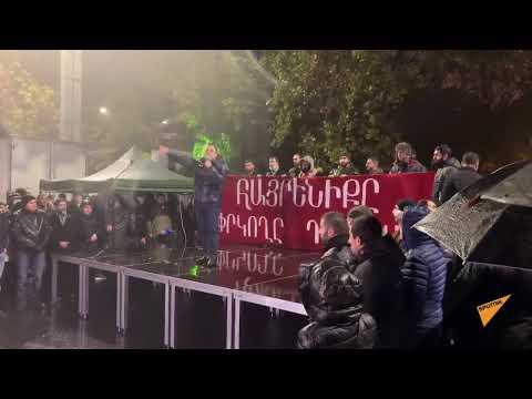 В армянской столице тысячи протестующих скандируют